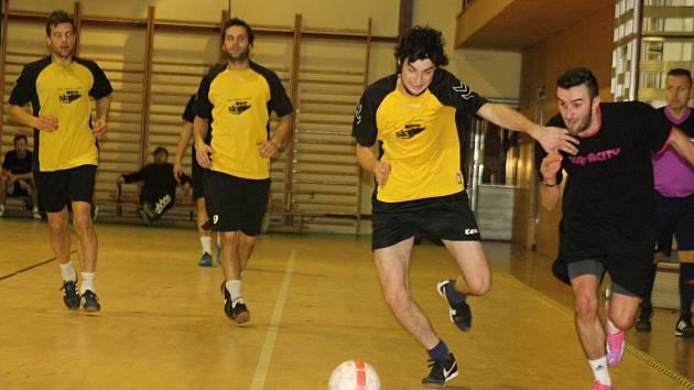 Útočník Kapacit Tomáš Zůbek (v černém dresu) se proti Beastie Boys blýskl čtyřmi góly. Pořádající tým ve šlágru 8. kola zvítězil 7:5 a dostal se do čela JM sport ligy.