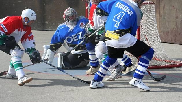 Sudoměřický Zdeněk Jurásek se dokázal v semifinále již pětkrát gólově posadit, i když mu to letohradská obrana všemožně ztěžovala.