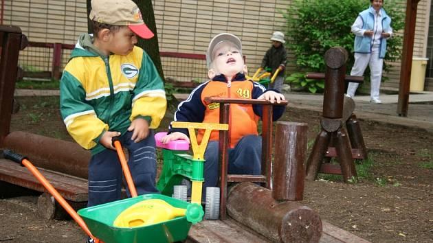 Děti z kojeneckého ústavu mají úžasný kout ke hraní.