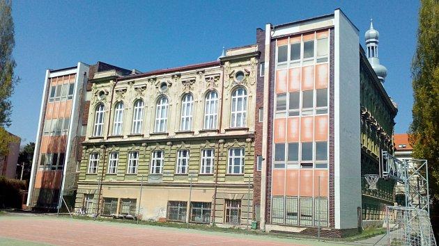PŘÍSTAVBA OBCHODNÍ AKADEMIE (Hodonín, Legionářů). Secesní historická budova pochází zroku 1895, původně sloužila jako německá reálka. Necitlivý zásah dostala v80. letech. Estetika šla stranou, když kní stavebníci přilepili postmoderní přístavby.