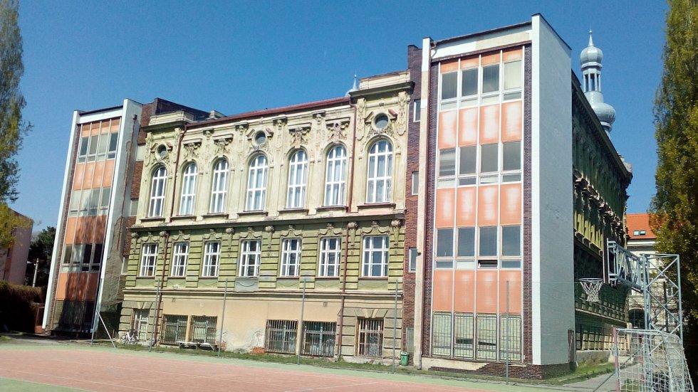 PŘÍSTAVBA OBCHODNÍ AKADEMIE (Hodonín, Legionářů). Secesní historická budova pochází z roku 1895, původně sloužila jako německá reálka. Necitlivý zásah dostala v 80. letech. Estetika šla stranou, když k ní stavebníci přilepili postmoderní přístavby.
