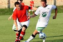 Svatobořický kapitán Petr Staňa bojuje o míč s obráncem Rousínova Jaroslavem Hartlem.
