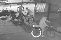 Policisté hledají trojici mladíků ze záznamu kamery. Ukradli moped ve Strážnici.