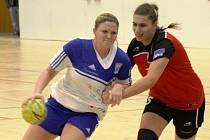 Mladá veselská házenkářka Kateřina Slováková (vlevo) patřila v zápase s Partizánským k nejlepším hráčkám domácího týmu.