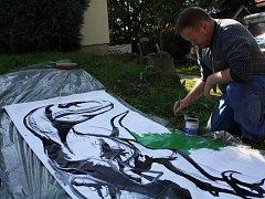 Hodonínský malíř připravuje Divočinu u jezu.