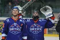 Hodonínští hokejisté zvládli čtvrtfinálovou sérii s Opavou a po domácí výhře 4:0 se radují z postupu mezi čtyři nejlepší týmy východní skupiny druhé ligy. Jednou z klíčových postav nedělního střetnutí byl gólman Zdenko Kotvan (na snímku vpravo).