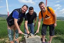 Při otevření stezky mikroregionem Podchřibí starostové společně položili základní kámen k rozhledně a pojmenovali ji na Súsedská. Zleva: Libor Orság (Hýsly), Bronislav Seďa (Žádovice) a Roman Hanák (Ježov).