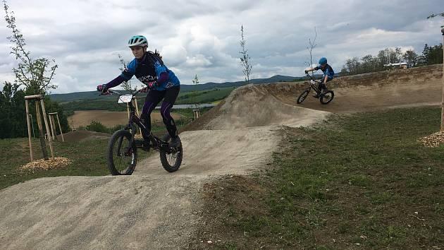 Adrenalinový sjezd na horském kole i procházku mezi stromy, nabízí nový lesopark na okraji Kyjova.