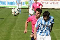 Fotbalisté Šardic (v bílomodrých dresech) ovládli okresní pohár FAČR. Ve finále, které ve středu hostil stadion v Mutěnicích, deklasovali Kostelec 8:0.
