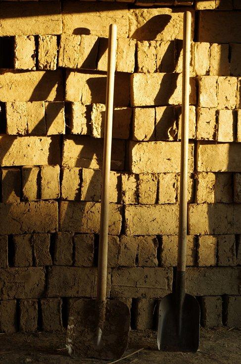 Ve strážnickém skanzenu lidé narazí na nový objekt. Jde o hospodářskou usedlost z Nové Lhoty na Horňácku. Pracovníci Národního ústavu lidové kultury přesnou kopii postavili z hlíny - podle někdejší technologie a z původního materiálu. Foto: archiv Národní