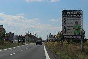 Billboardy před Veselí nad Moravou na silnici I/55.