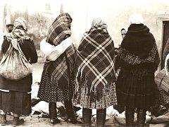 Snímek ukazuje výroční trh v Hodoníně ve 40. letech minulého století.