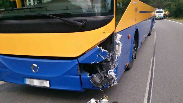 Nehoda autobusu a osobního auta u křižovatky na Dubňany zkomplikovala dopravu.