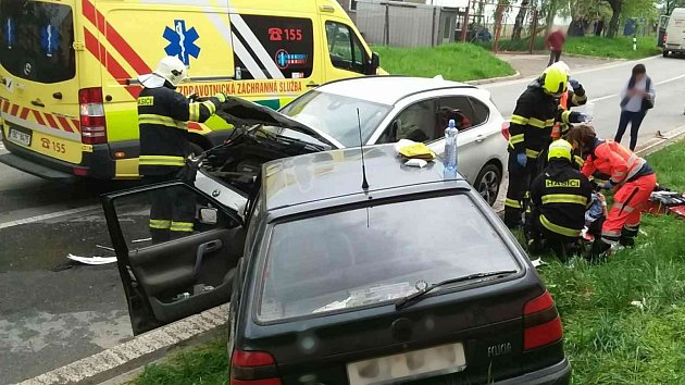 Srážka dvou osobních aut uzavřela silnici číslo 422uČejkovic na Hodonínsku.
