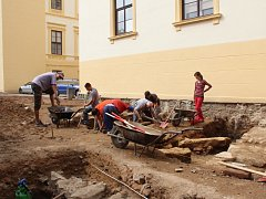Předměty z poloviny třináctého století odkryli archeologové v blízkosti strážnického zámku.