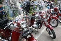 Sraz milovníku motocyklů Jawa před mikulčickou myslivnou.