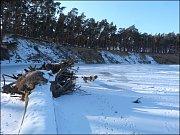 Sníh na ledové ploše vzbuzuje zrádný pocit bezpečí.