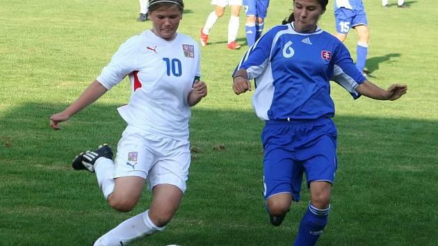 Domácí kapitánka Kulichová (v červeném) v souboji s hráčkou Slovenska.