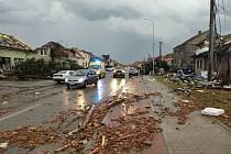 Obec Lužice po ničivém tornádu.