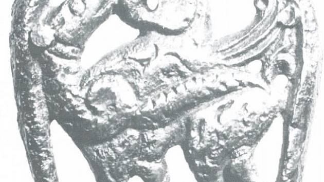 Pozlacené bronzové kování opasku s motivem souboje gryfa a hada z Mikulčic.