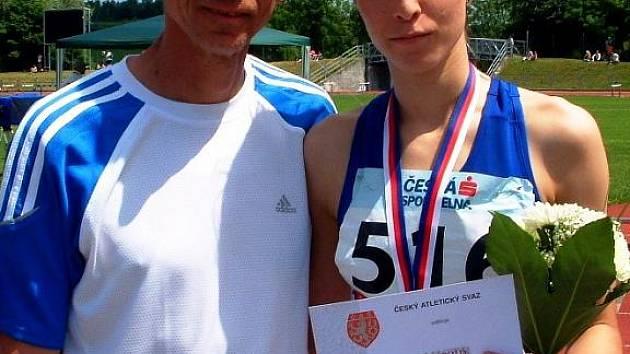 Juniorka Sylva Škabrahová vybojovala dvě zlaté medaile. Na fotce pózuje společně s koučem Antonínem Slezákem.