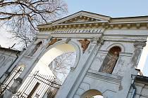 Vstupní brána na hřbitov ve Strážnici se příští rok dočká opravy. Restaurátor opraví také sochy, které jsou její součástí.