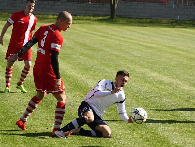 Slovenský útočník Marián Rehák (na zemi v bílém dresu)  se proti nováčkovi z Valtic gólově prosadil hned dvakrát. Vacenovice doma zvítězily 4:0.