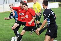 Mladý ratíškovický útočník Jakub Bábíček (uprostřed v červeném u míče) vstřelil v Břeclavi čtyři góly.