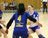 Házenkářky Veselí nad Moravou (v bílém) prohrály v derby se Zlínem 21:23 a výrazně si zkomplikovaly boj o postup do play off.