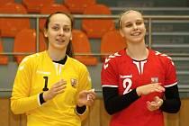 Hodonínská brankářka Barbora Zichová (číslo 1) a spojka Valerie Smetková (číslo 2) oblékly dres házenkářské dorostenecké reprezentace ve dvojzápase se Slovinskem. Mladé Češky v pondělí vyhrály 31:27, v úterý remizovaly 31:31.