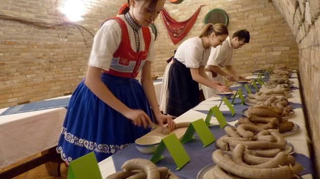 Na Bukovanském mlýně uspořádali vůbec první košt jitrnic spojený s koštem svatomartinských vín.