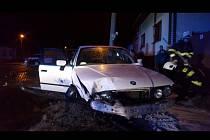 Řidič auta značky BMW ujížděl policistům na Hodonínsku. Zamířil směrem na Slovensko, na hranicích pak naboural do zátarasu tvořeného vozem slovenských policistů.