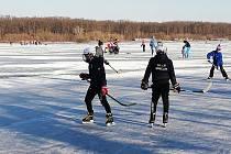 Písečný rybník u Hodonína je oblíbeným místem hokejistů ze širokého okolí.