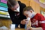 V Dolních Věstonicích na Břeclavsku děti testovali antigenními testy ze slin, které zakoupila obec. Bylo u toho veselo.
