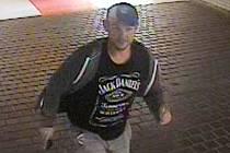 Policie hledá muže na fotce. Může být důležitý svědek v případu okradeného důchodce v podchodu nádraží ve Veselí nad Moravou.