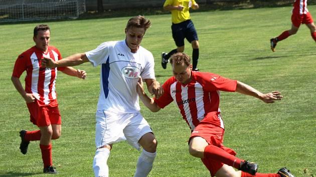 Fotbalisté Ratíškovic (v bílém) na turnaji v sousedních Miloticích příliš nepřesvědčili, když skončili až třetí. Sobotní klání překvapivě vyhrály Svatobořice.