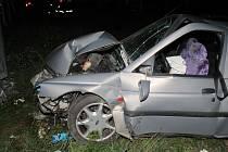Nehoda mezi Strážnicí a Petrovem. Mladá řidička nabourala poutač u benzinky.