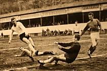 Výstavu Hodonínské sporty a sportoviště připravil v Regionálním centru města Antonín Kučera. Na snímku mistr ligy Vítězslav Kotásek.