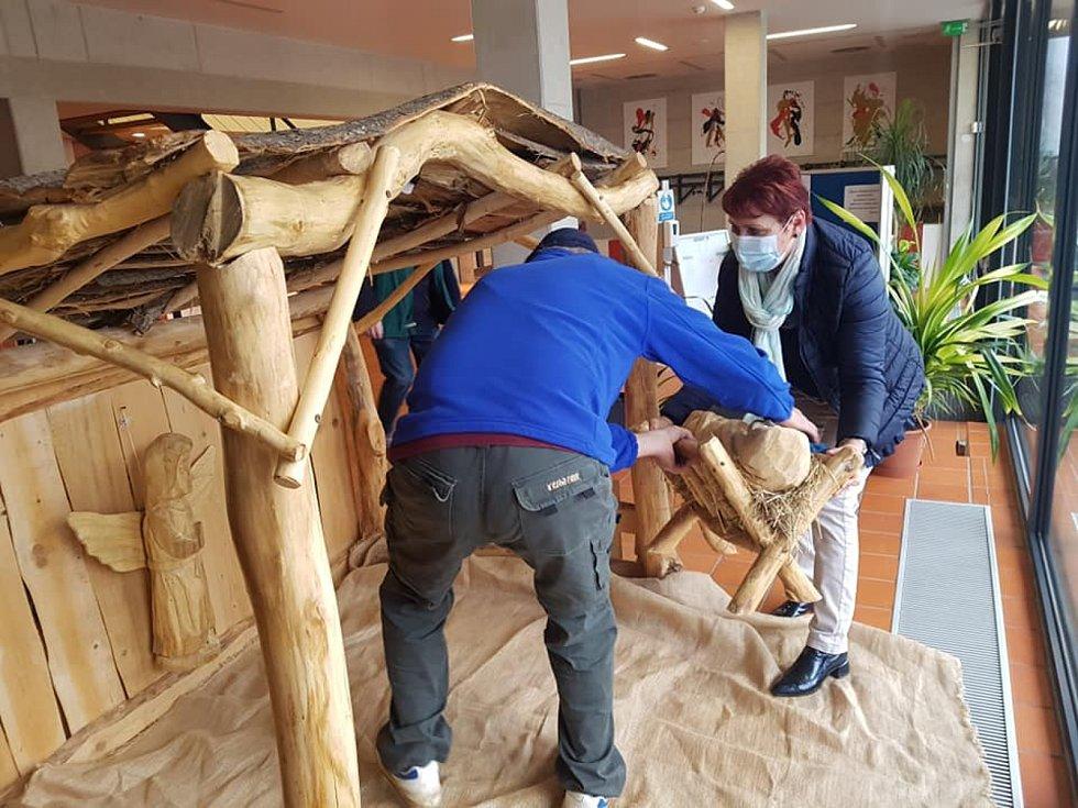 Na výrobě dřeněného betlému se podíleli lidé z Domova Horizont v Kyjově. FOTO: Anna Hubáčková