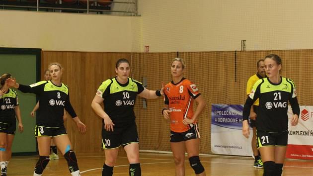 Házenkářky Hodonína (v černých dresech) ve druhém zápase play-out znovu prohrály.