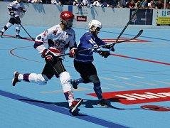 Hodonínští hokejbalisté (v modrých dresech) na umělém povrchu v Jihlavě dvakrát prohráli a doma budou odvracet mečboly.