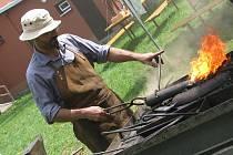 V Lužicích se konalo setkání amatérských kovářů, při kterém si návštěvníci mohou vyzkoušet náročné řemeslo na vlastní kůži.