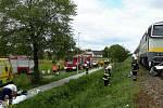 Záchranáři, hasiči i policisté vyrazili v úterý krátce před jedenáctou hodinou k železničnímu přejezdu nedaleko vracovské základní školy. Po srážce vlaku s osobním autem tam zahynul člověk.