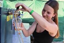 Na pátém Chmelobraní lidé v petrovských Plžích vybírali z nabídky zhruba třicítky pivovarů. Vyzkoušet mohli také hmyzí speciality.