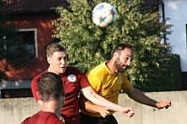 Zkušený mutěnický útočník Dalibor Koštuřík (ve žlutém) se na hřišti Boskovic střelecky neprosadil. Vinaři ve středečním utkání remizovali 1:1.