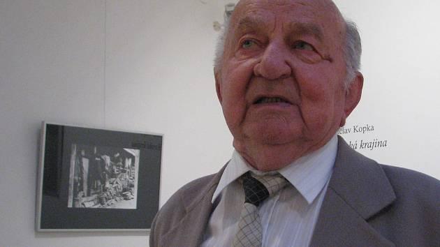 Fotograf a zakladatel výtvarného oboru v bývalé Lidové škole umění Václav Kopka.