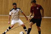 Hodonínští futsalisté (v bílých dresech) prohráli v 16. kole Chance ligy se Spartou Praha 2:3 a v tabulce zůstali na desátém místě.