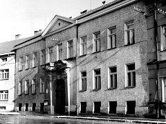 Dlouho si budova držela svůj původní jednopatrový vzhled.