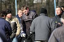 Brankář Ježova Aleš Habáň (uprostřed) zápas se Sobůlkami kvůli napadaní protihráče nedohrál. Odchod z trávníků neměl jednoduchý.
