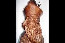 Podle jedné z pověstí založil Radějov vůdce loupežnické bandy Raděj. Právě sochu Raděje nechali již vloni vytvořit tehdejší sedmdesátníci. Za práci ji dali řezbáři Vlastimilu Cigáňovi.